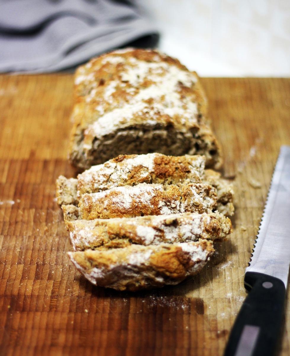 Mörkt frukostbröd som jäses i kylen över natten